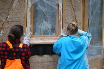 DSC04969 - 2017-11-08 etc., Grouting the walls, windows and doors with hempcrete